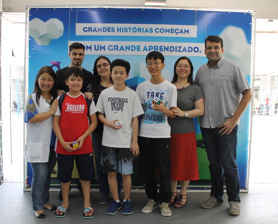 Os vencedores: 1º lugar - Eric Akio Uchiyamada (1º Médio), 2º lugar: Leonardo Hideki Arias Ono (7º Fundamental), 3º lugar – Lucas Kenzi Kikuchi (8º Fundamental), ao lado de Renan e dos educadores do Pioneiro.